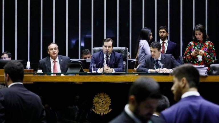 Rodrigo Maia e outros deputados ao seu redor na Câmara