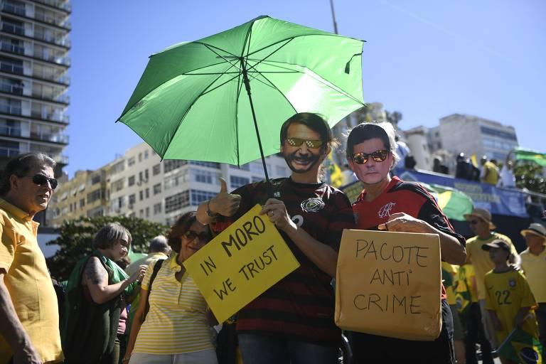 Manifestantes em ato pró-Moro e a favor do governo Bolsonaro em Copacabana, Rio de Janeiro