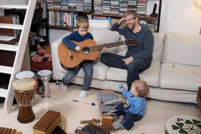 Crianças que brincavam com os pais tiveram menos problemas comportamentais, aponta estudo