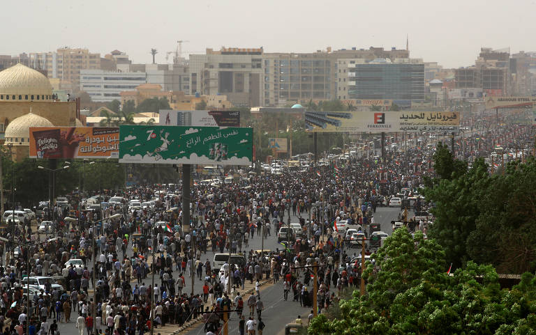 Dezenas de milhares de pessoas marcham nas ruas de Cartum, no Sudão, para exigir que a transferência do governo de militares para civis