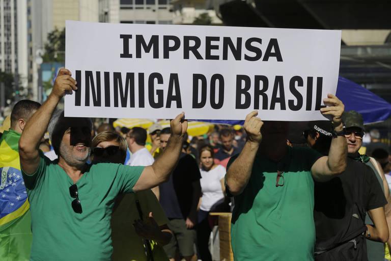 Manifestantes levantam cartaz em ato em defesa da operação Lava Jato e do ministro Sergio Moro na avenida Paulista, São Paulo