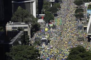 Público apoia Sergio Moro na av. Paulista, no centro de SP