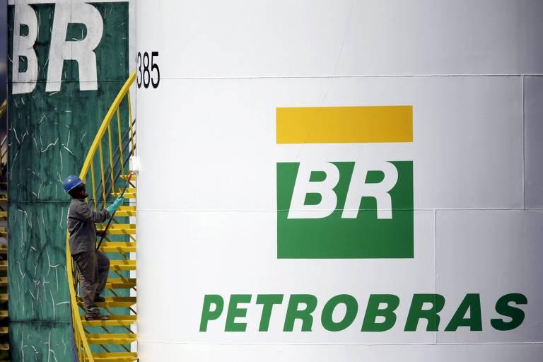Trabalhador pinta tanque da Petrobras