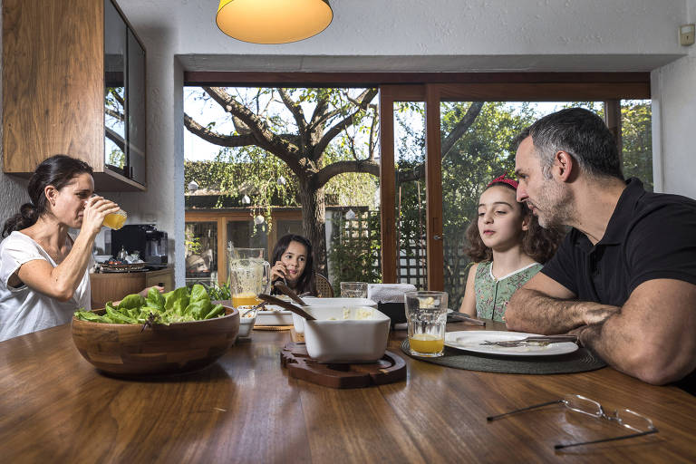Da  esq p dir:  Elisa Roorda, 39, as filhas Sofia,7, e Nina,10, e o  marido Flavio Vianna,49