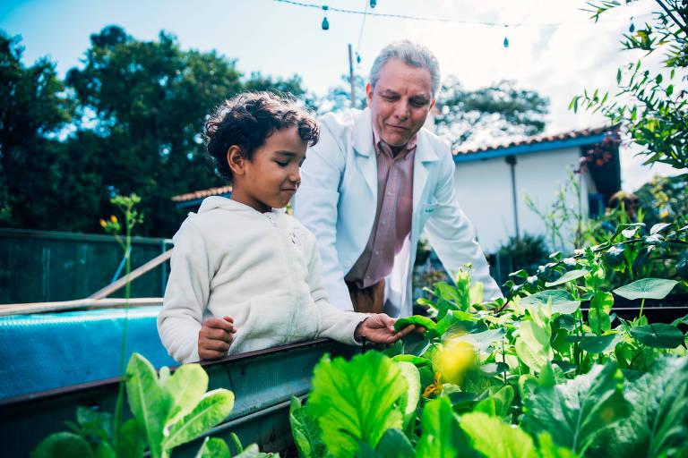 Ricardo Ghelman, médico pediatra, em sua clínica