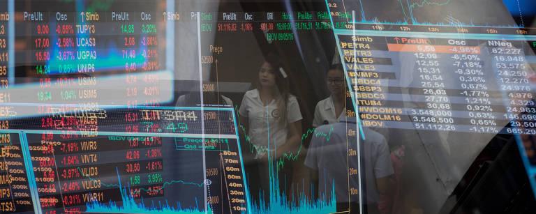 Tela com gráfico dos índices de mercado no pregão da B3, em São Paulo
