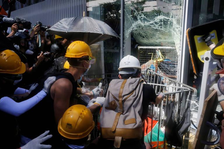 Manifestantes tentam invadir Parlamento de Hong Kong