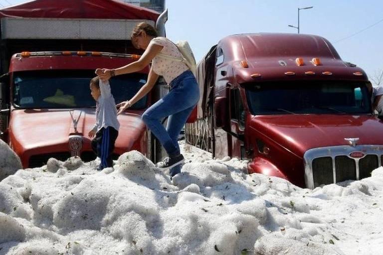 Tempestade de granizo 'bizarra' deixa cidade mexicana coberta por 1,5 m de gelo