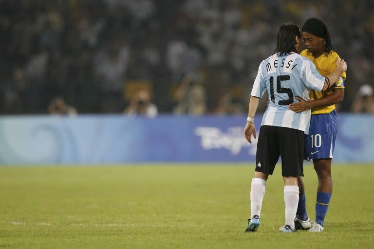 Messi consola Ronaldinho Gaúcho em derrota do Brasil na Olimpíada de Pequim-2008