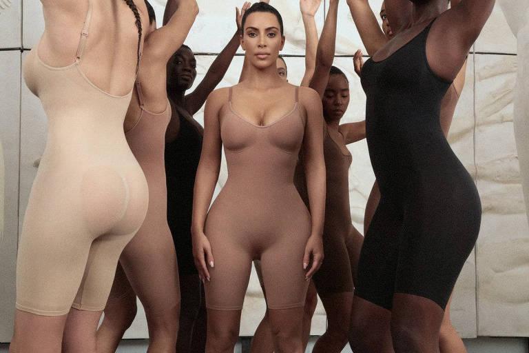 Kim Kardashian com suas lingeries modeladoras