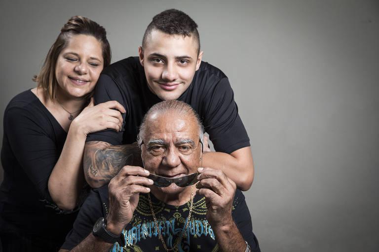 Ídolo do Palmeiras, César Maluco posa com a nora Sandra Deungaro e o neto Kauê Deungaro