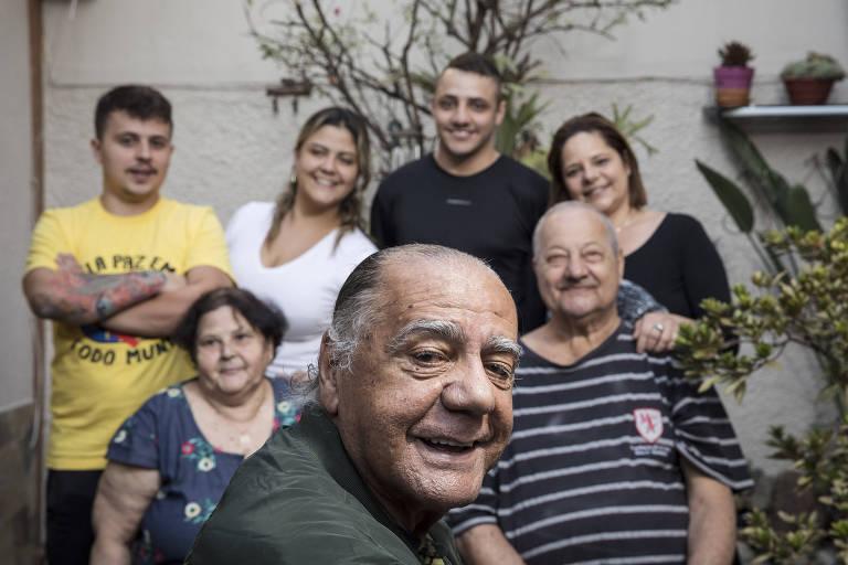 César Maluco com sua família no Jardim Alzira, zona leste de São Paulo