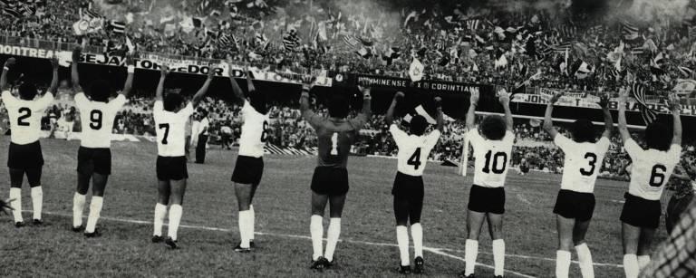 """A torcida Gaviões da Fiel foi fundada no dia 1º de julho de 1969 e tem como sócio número um Flávio La Selva. Em menos de dez anos a agremiação já somava milhares de integrantes. Em 1976, a torcida protagonizou o que ficou conhecido como """"invasão do Maracanã"""", quando 70 mil corintianos foram até o Rio de Janeiro para acompanhar a semifinal do Brasileiro contra o Fluminense."""