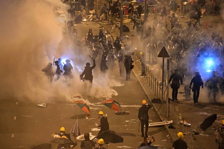 Polícia joga bombas de gás lacrimogêneo em manifestantes próximos à sede do governo de Hong Kong