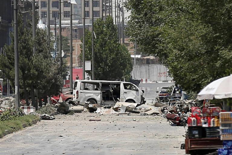 Veículos destruídos no local onde um carro bomba explodiu, em Cabul