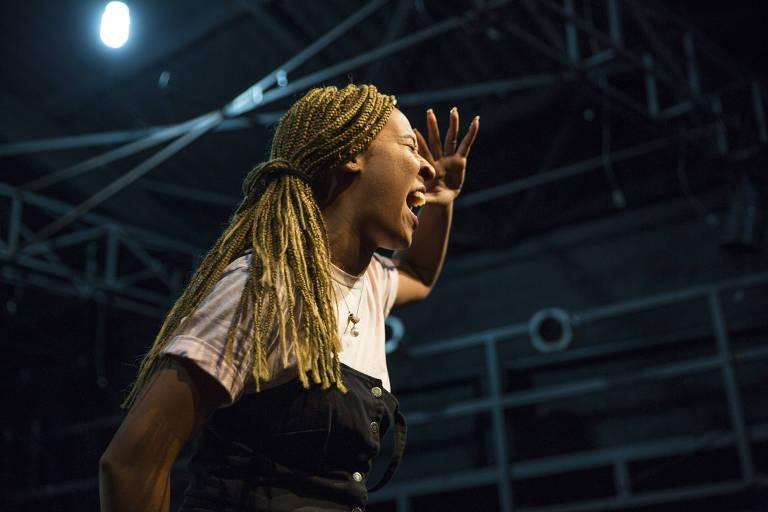 A poeta Kimani durante apresentação no Zap! Slam, em São Paulo, competição de poesia falada que completou dez anos