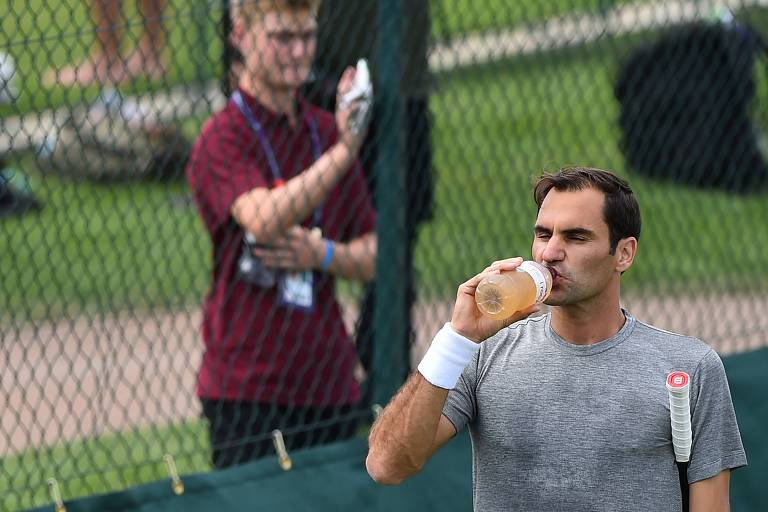 Roger Federer durante treino preparatório para o torneio de Wimbledon deste ano