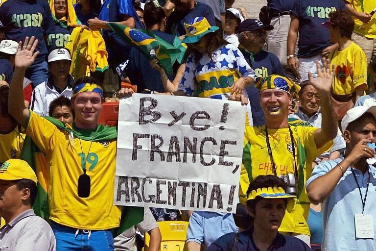 Torcedores brasileiros provocando os argentinos, que foram eliminados na fase de grupos da Copa do Mundo de 2002, na Coreia e no Japão