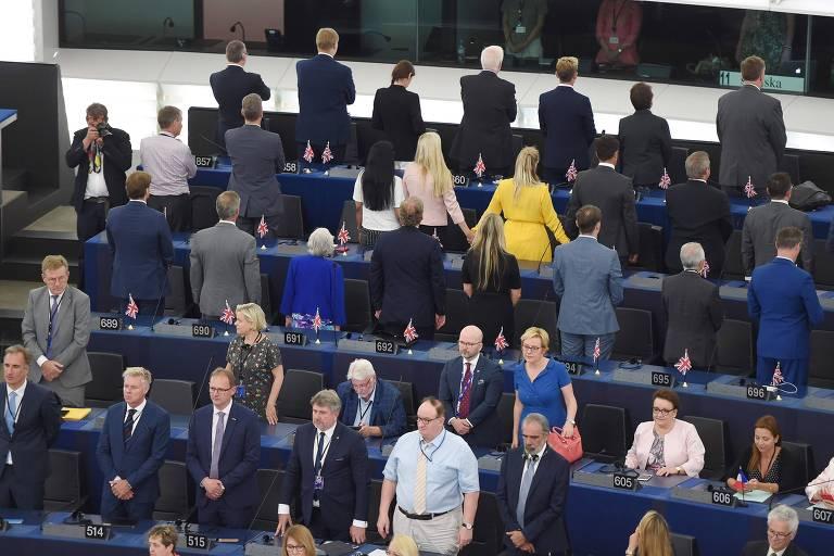 Deputados do Partido do Brexit viram de costas