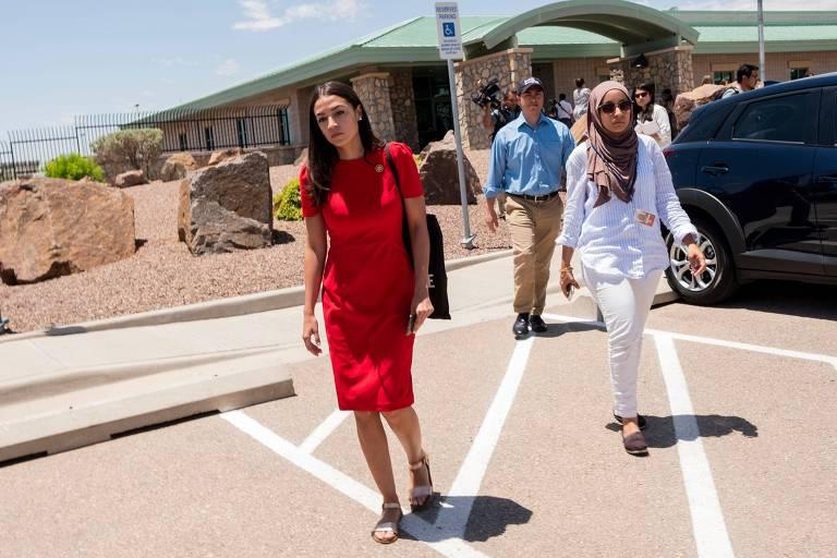 A deputada democrata Alexandria Ocasio-Cortez após visitar centro de detenção no Texas