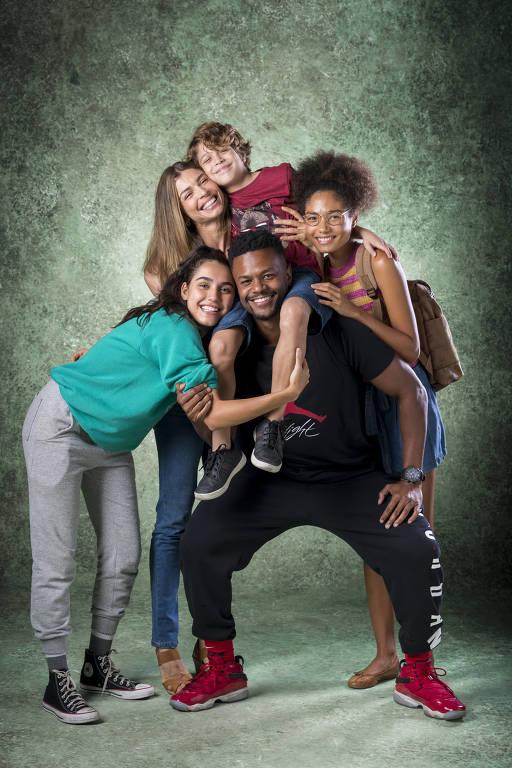 Paloma ( Grazi Massafera ) com os filhos Peter ( João Bravo ), Gabriela ( Giovanna Coimbra ) e Alice ( Bruna Inocêncio ) e o grande amor de sua vida após retornar dos Estados Unidos, Ramon ( David Junior )