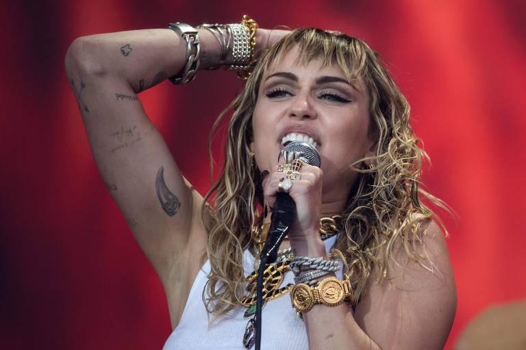 Americana Miley Cyrus em show no domingo (30 de junho) no palco principal do Glastonbury 2019