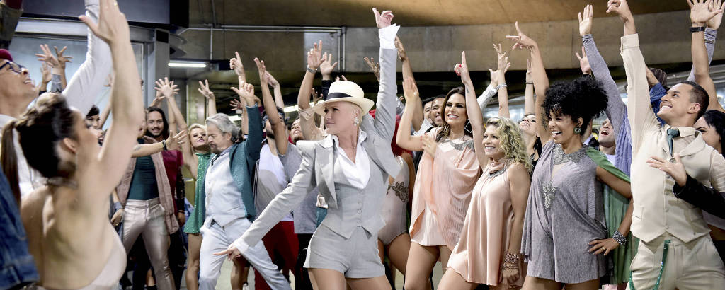 Xuxa na abertura de Dancing Brasil, no metrô de São Paulo