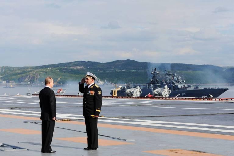 O presidente russo Vladimir Putin participa de cerimônia em 2014 no porto de Severomorsk, de onde saiu o submarino que sofreu o incêndio