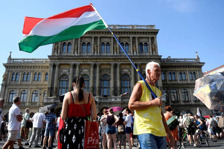 Protesto em frente a Acadêmia de Ciências da Hungria, em Budapeste, contra a nova lei