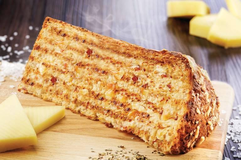 Na Casa Bauducco dá para encontrar a fatia de panetone salgado, feita com queijos parmesão e provolone, presunto, calabresa e um toque de orégano (R$ 11,90)