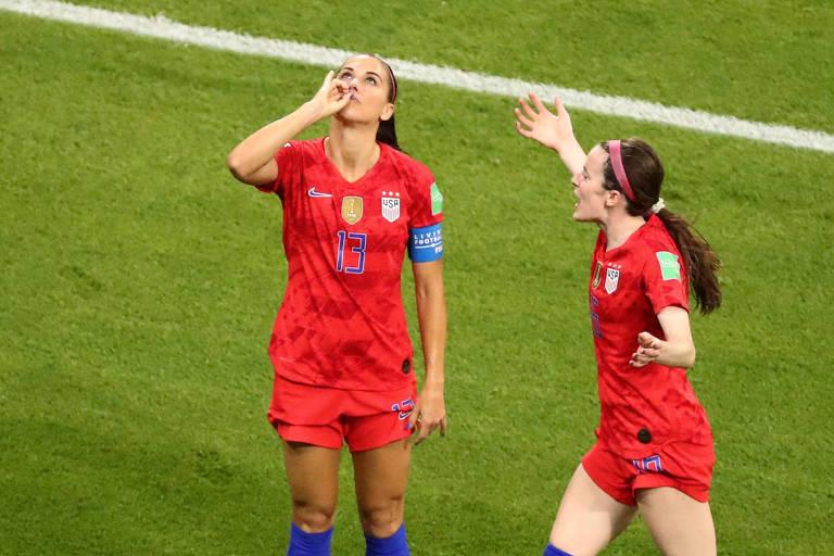 Alex Morgan comemora o segundo gol dos Estados Unidos sobre a Inglaterra como se estivesse tomando um chá