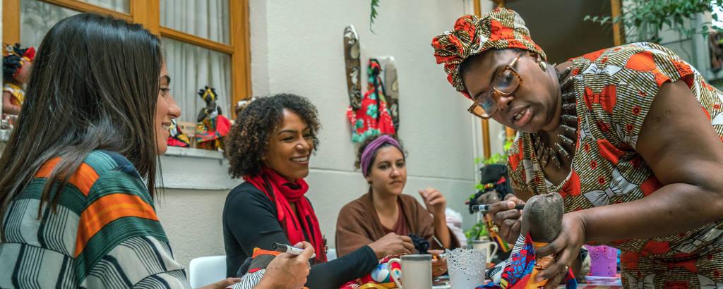 Renee Abegail, artesã da Guiana, ensina a costurar bonecas africanas