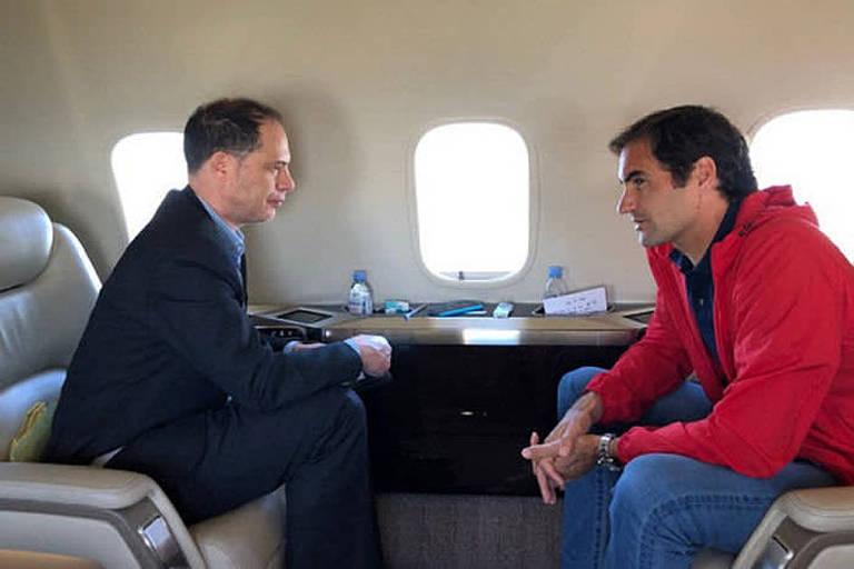 O repórter Simon Kuper entrevistando Roger Federer