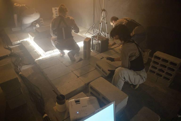 Cena da peça interativa 'Parede', do grupo 28 Patas Furiosas