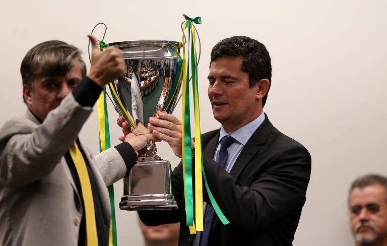 O deputado Boca Aberta (PROS-PR) entrega um troféu ao ministro Sergio Moro durante depoimento prestado na Câmara dos Deputados