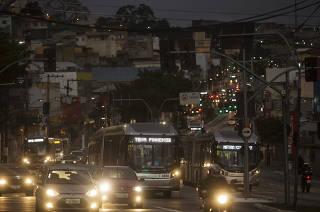Especial Mobilidade Urbana. Movimento de onibus as 06h20 da manha na estrada do  M Boi Mirim, no bairro Guarapiranga