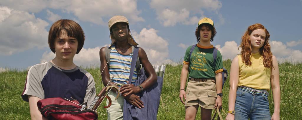 crianças juntas em cena da terceira temporada de 'Stranger Things'