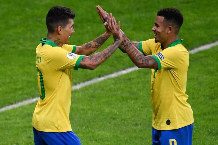 Firmino (à esq.) comemora com Gabriel Jesus o segundo gol brasileiro sobre a Argentina, marcado por ele após passe do companheiro; o primeiro gol foi o inverso