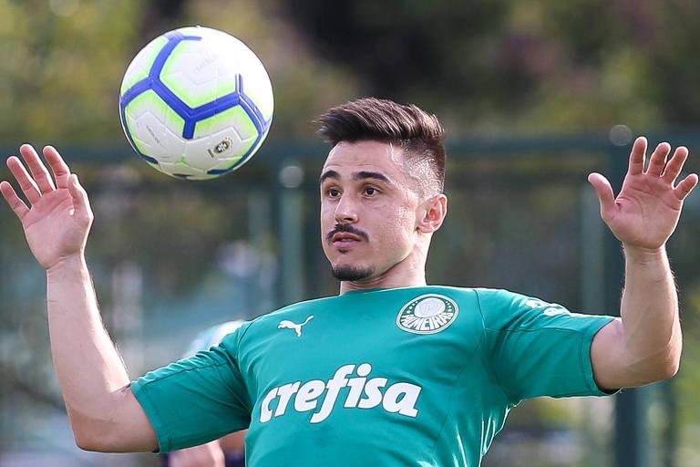 O atacante Willian controla a bola durante o treino do Palmeiras na Academia de Futebol.