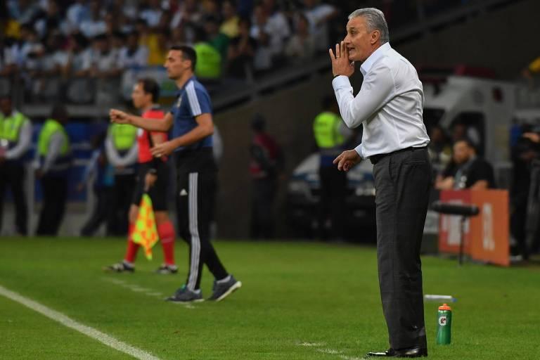 Os técnicos Tite, do Brasil, e Lionel Scaloni, da Argentina, dão instruções às suas equipes durante semifinal da Copa América