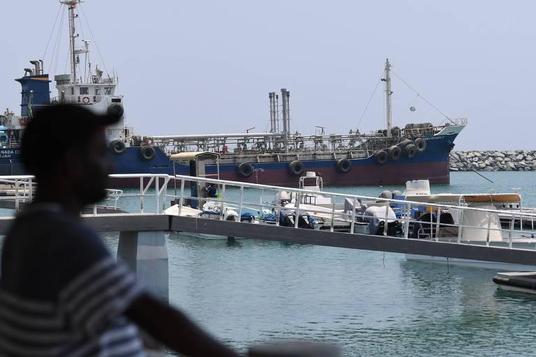 Homem observa movimento no porto de Fujairah, na costa dos Emirados Árabes Unidos