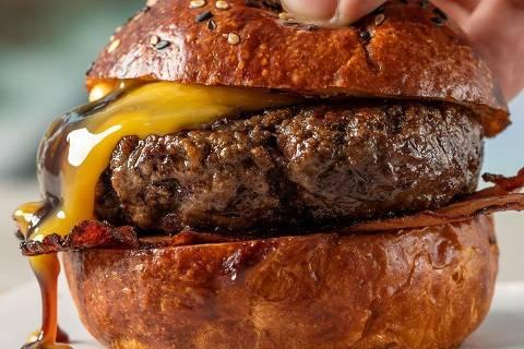 Sanduíche que leva ovo e bacon servido na hamburgueria Fat Cow