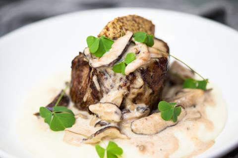 Filé-mignon com musseline de batatas servido no restaurante Marilyn, no Tatuapé