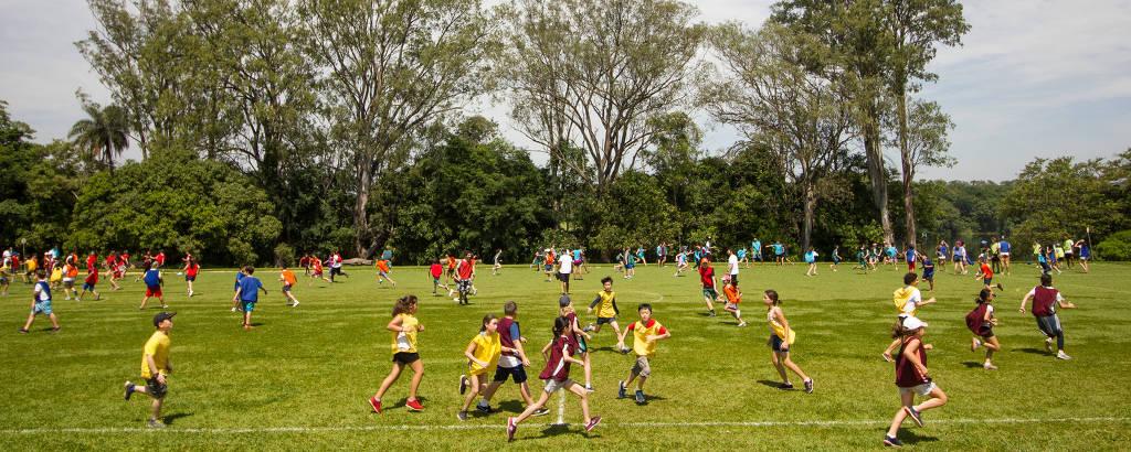 Crianças participam de gincana no acampamento Repúbllica Lago, em Leme, no interior de São Paulo