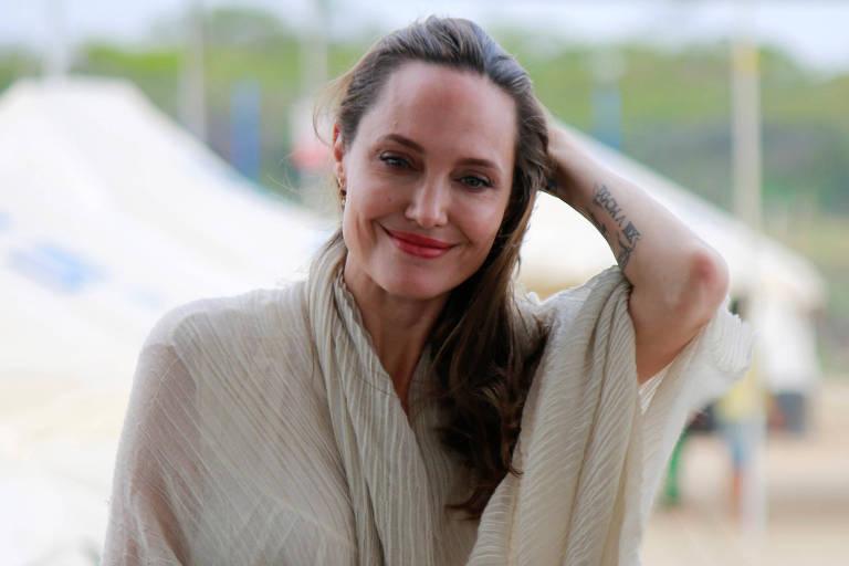 Angelina Jolie não pensa em voltar com Brad Pitt nem em ter um novo namorado, diz site