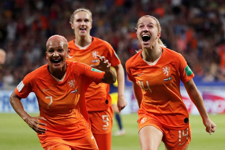 Jackie Groenen (número 14) e Shanice van de Sanden (7) comemoram o gol da Holanda contra a Suécia na semifinal da Copa do Mundo de 2019.