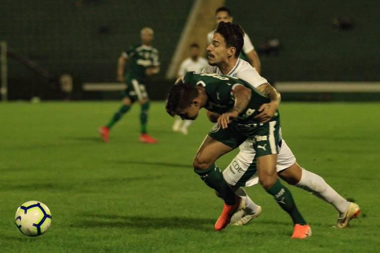 Palmeirense Dudu tenta se livrar da marcação de defensor do Guarani no amistoso realizado no estádio Brinco de Ouro da Princesa, em Campinas