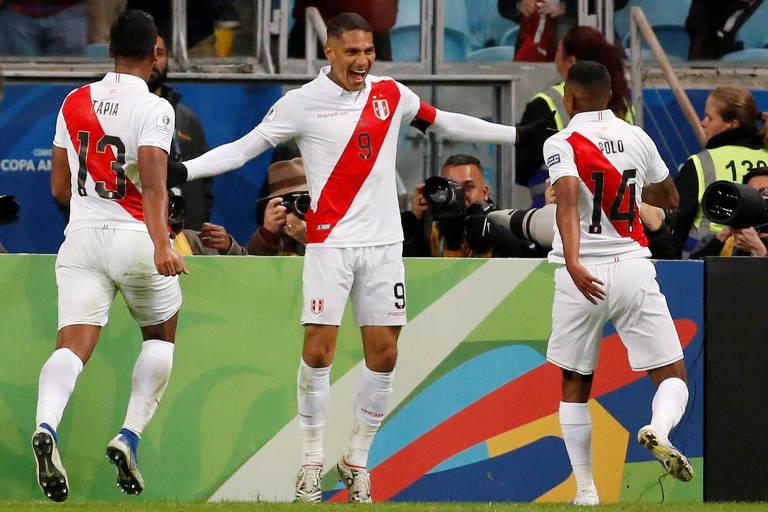 Peruanos comemoram gol de Guerrero, o terceiro do Peru sobre o Chile em Porto Alegre