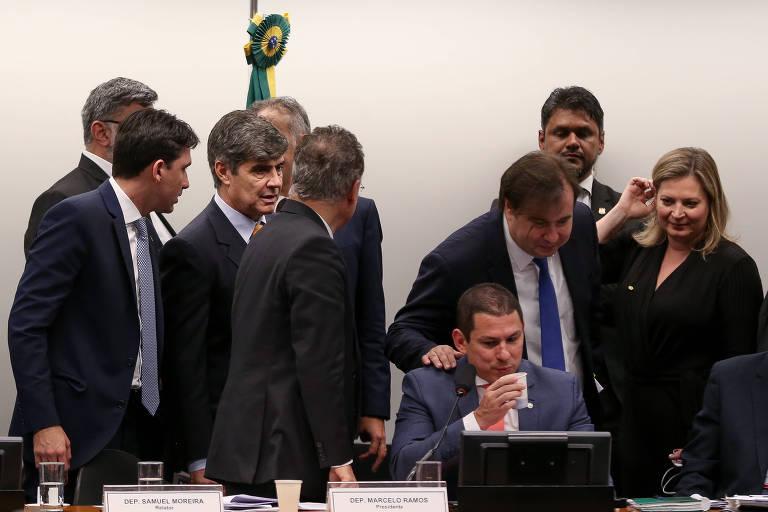 Na comissão especial, o relator da Previdência, deputado Samuel Moreira (PSDB-SP), o presidente do colegiado, Marcelo Ramos (PL-AM), sentado, e o presidente da Câmara, Rodrigo Maia (DEM-RJ)
