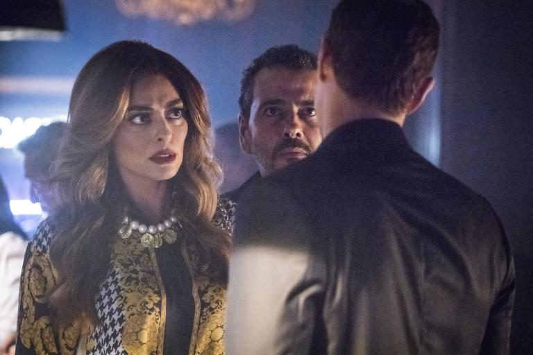 Régis ( Reynaldo Gianecchini ) diz pra Maria da Paz ( Juliana Paes ) que vai ao cassino para se divertir. Amadeu ( Marcos Palmeira ) com eles